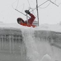 Lumekoristus katuselt, jääpurikate eemaldamine